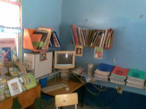 Los libros y la computadora del rincón